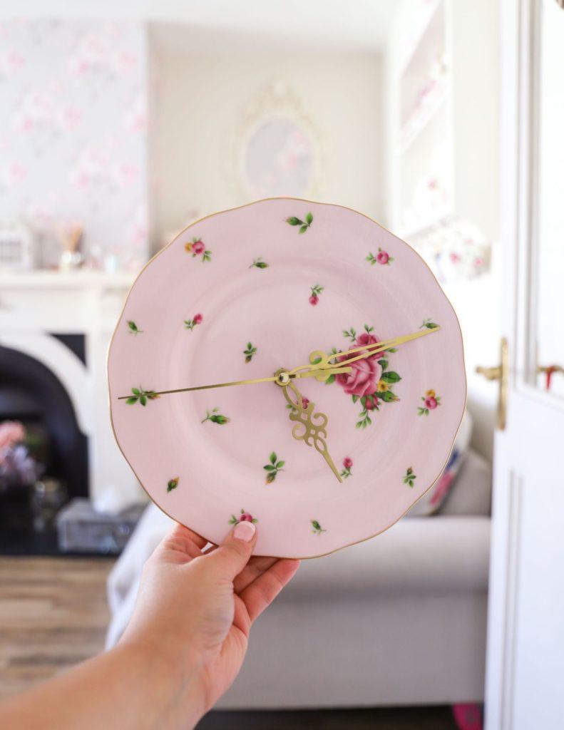 Стильный элемент декора из фарфоровой тарелки