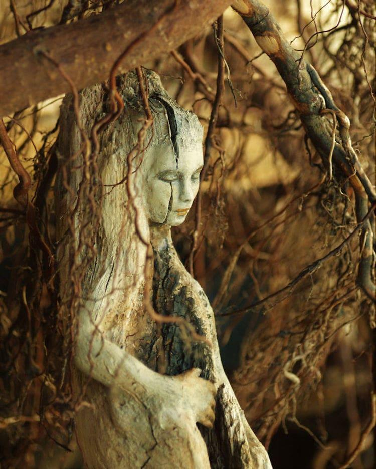 Художница превращает коряги в фантастические скульптуры