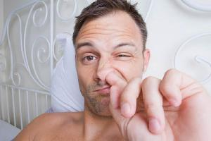 nelzja kovyrjatsja v nosu