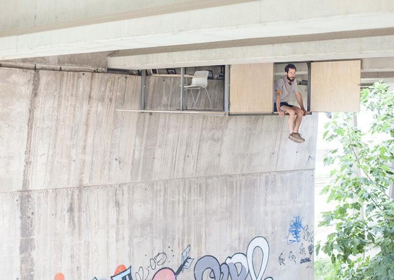 talantlivyj dizajner stroit sekretnuju studiju pod ozhivlennym mostom