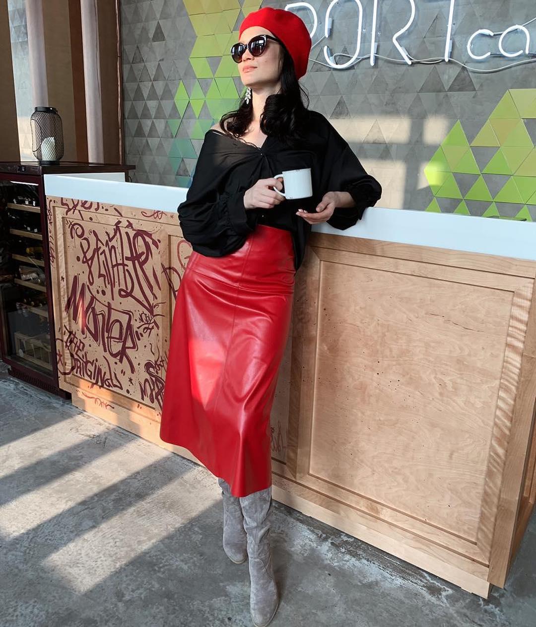 красная юбка + черная блузка фото 7
