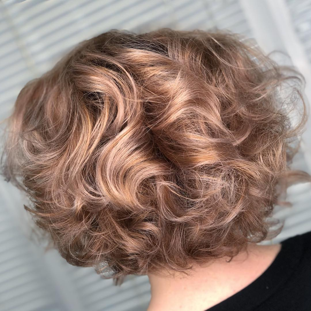 Стрижки после 50 лет на кудрявые волосы 2019-2020 фото 2