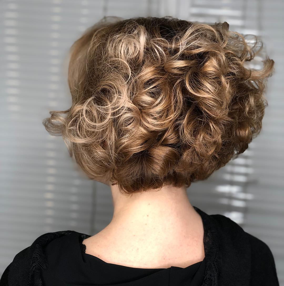 Стрижки после 50 лет на кудрявые волосы 2019-2020 фото 1