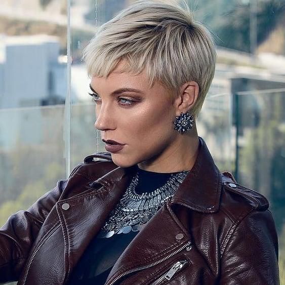Женские стрижки на короткие волосы с разными челками фото 10