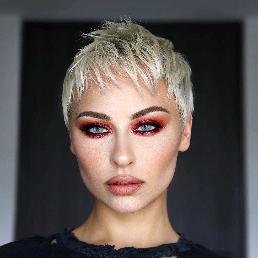 Женские стрижки на короткие волосы с разными челками фото 24