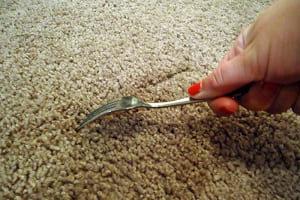 Как поднять ворс на ковре и убрать вмятины от мебели?