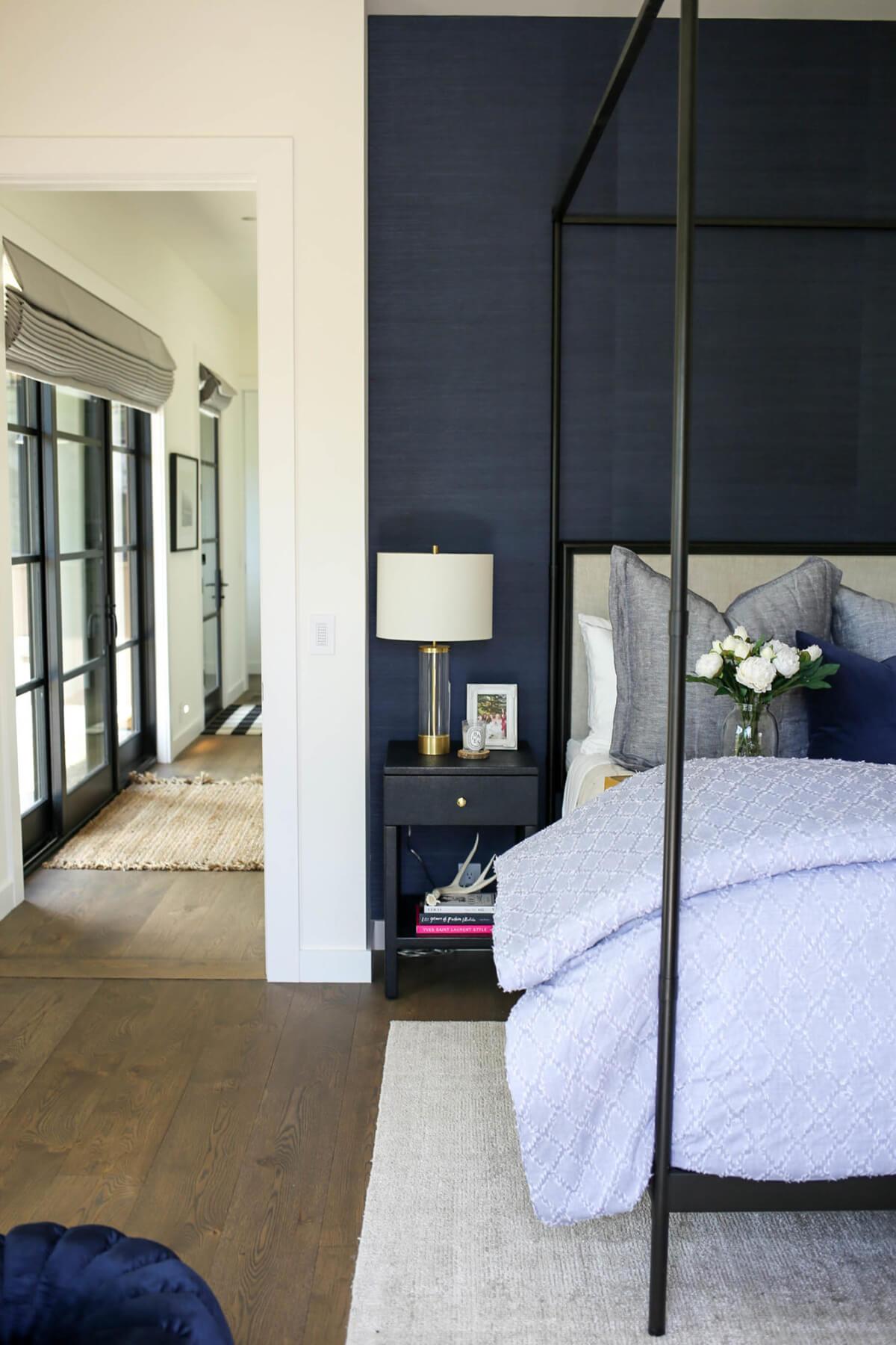15 prekrasnyh idej dizajna interera spalni v tjomno sinih tonah