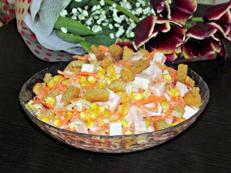 37salat karusel vkusnyj nedorogoj recept s suharikami 1