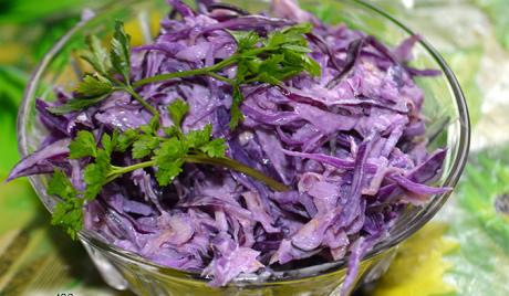 salat s krasnokochannoy kapustoy i seldereem 1