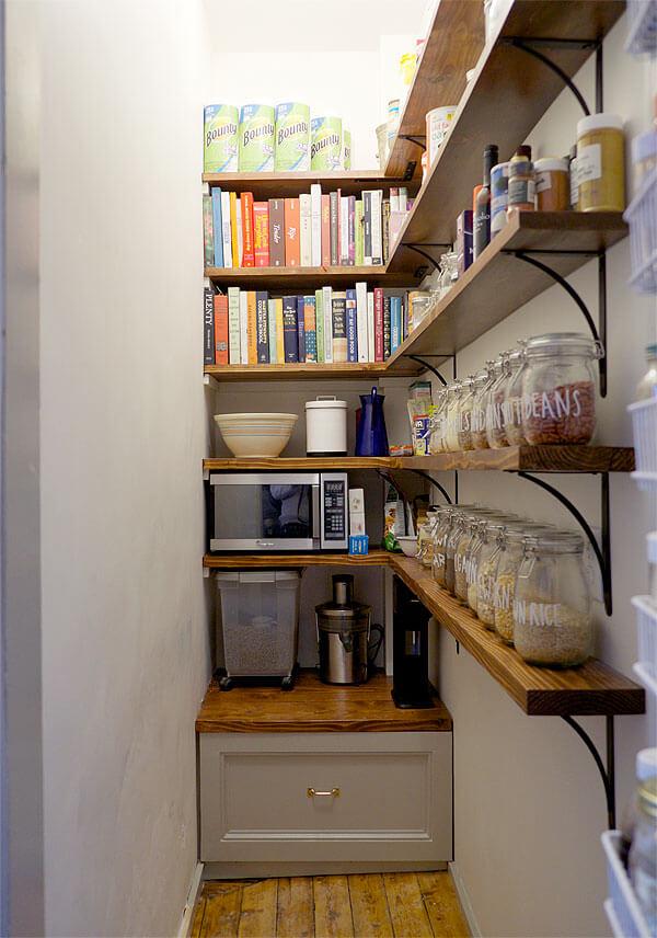 Организация стеллажей в кладовой комнате фото 12