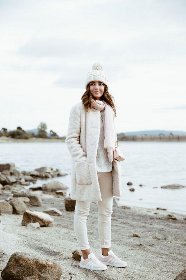 Модные зимние образы в белом цвете фото 11