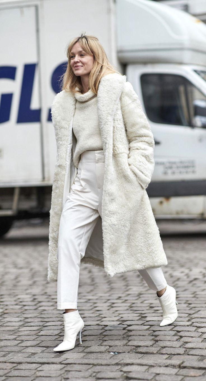 Модные зимние образы в белом цвете фото 10