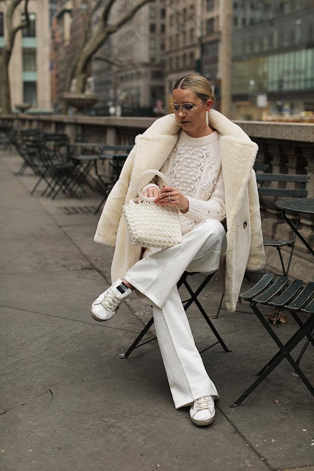 Модные зимние образы в белом цвете фото 15