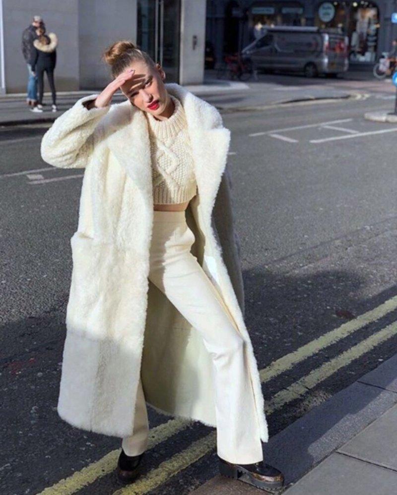 Модные зимние образы в белом цвете фото 6