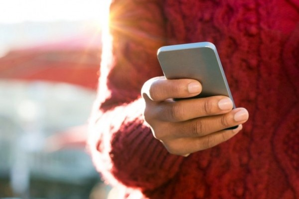 Почему нельзя держать телефоны в карманах брюк